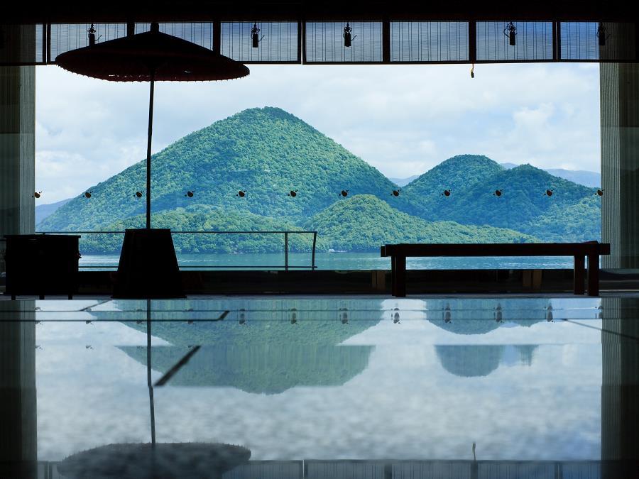 洞爺湖と中島の美しい眺めを借景に、広く落ち着いた和の設えのロビー。