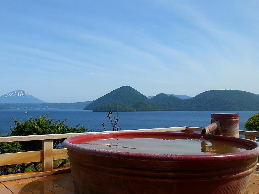 柔らかな「熱の湯」に浸かり、洞爺湖の絶景の癒されるひととき。