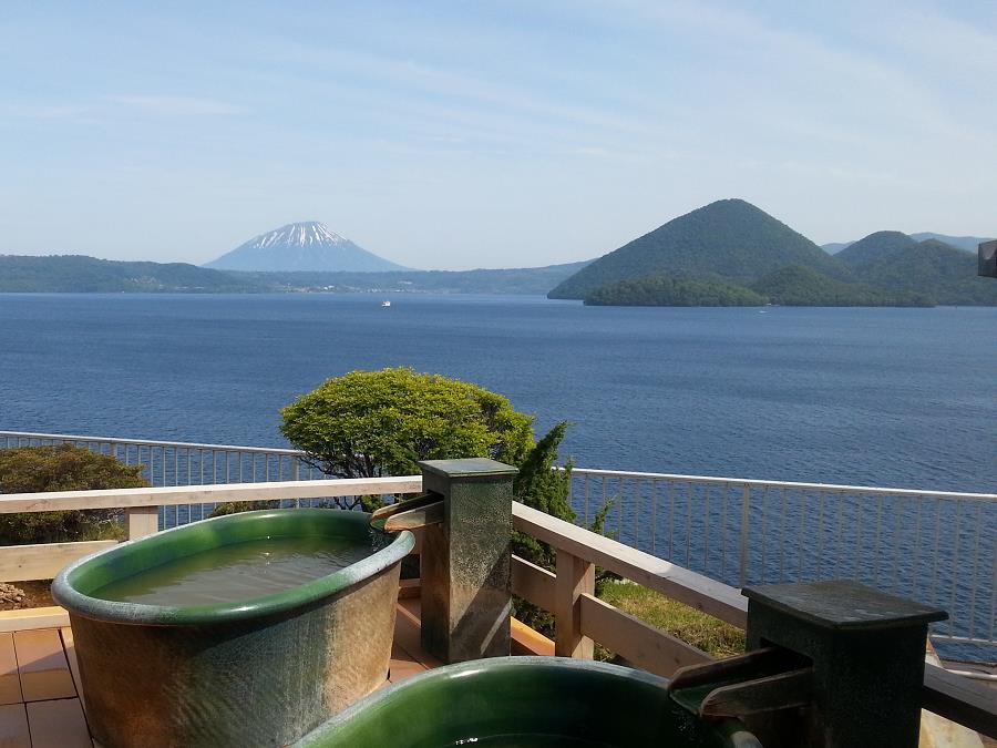 小さな陶器の浴槽に浸かり、「熱の湯」と洞爺湖の絶景を独り占め。