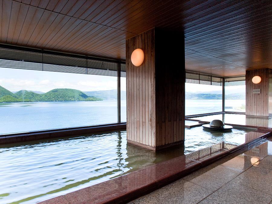 大浴場から見た洞爺湖に浮かぶ中島。温泉に浸かりながら洞爺湖のパノラマを楽しめます。