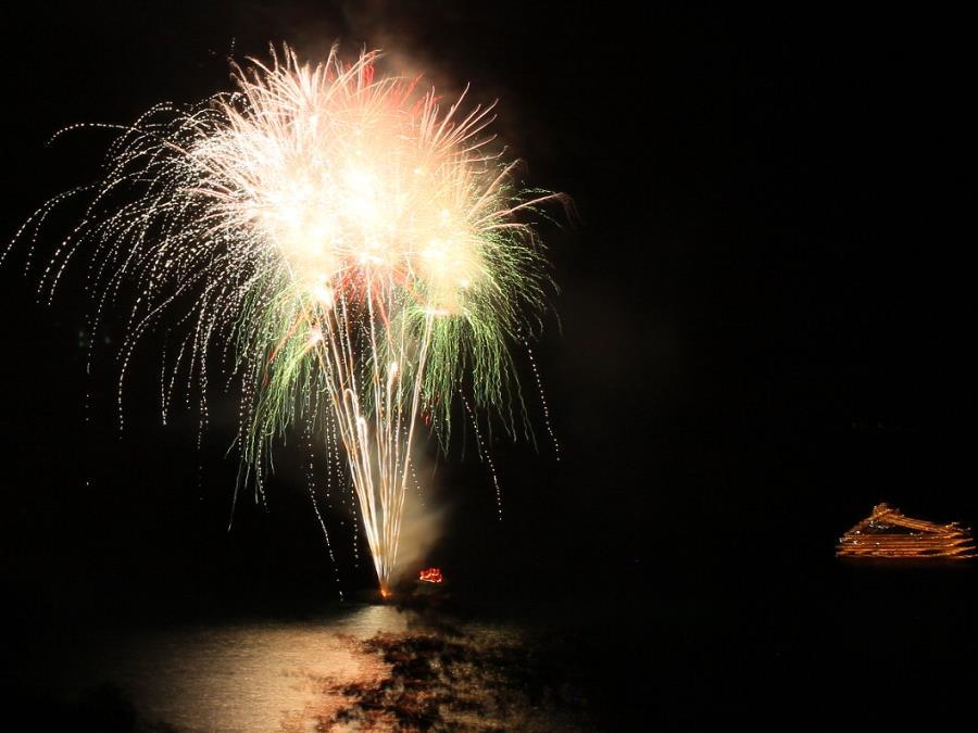洞爺湖ロングラン花火大会/洞爺湖上を移動しながら花火が上がります