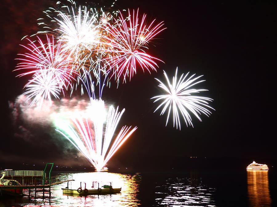 洞爺湖ロングラン花火大会/開催は4月末〜10月末まで。夜空を彩る花火をお楽しみ頂けます。