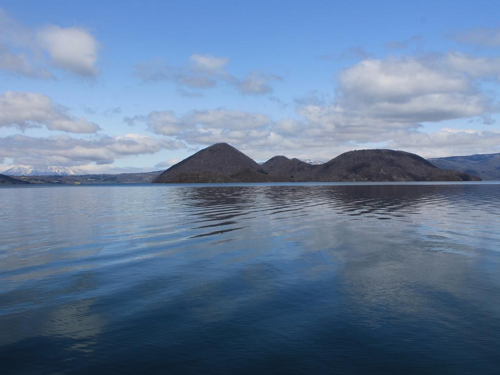 夏は洞爺湖に浮かぶ中島と山々の美しい風景が広がります。
