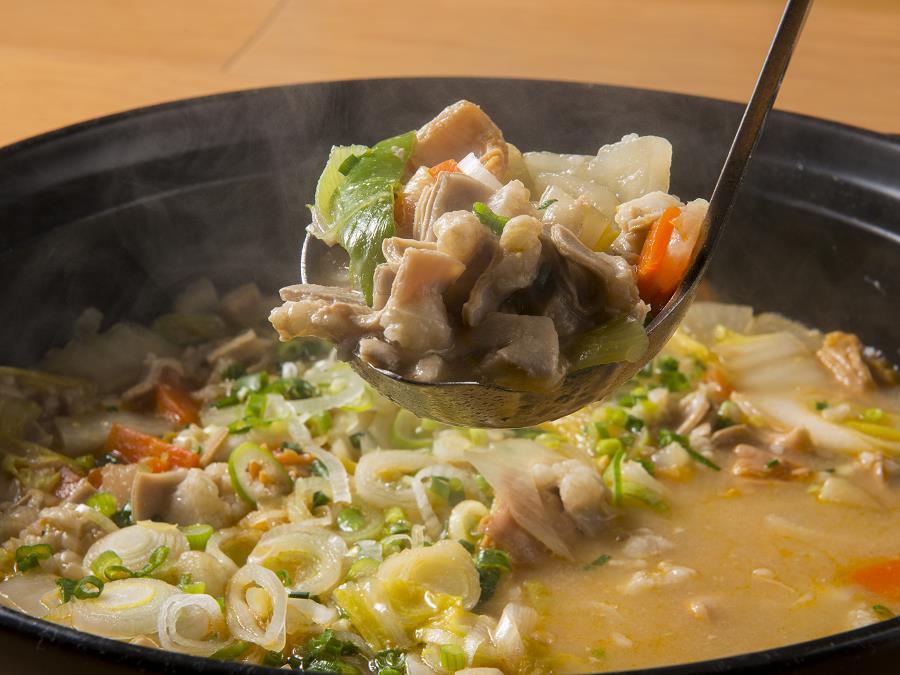 地元産旬菜グルメバイキング:根菜野菜ともつ煮込み合わせ味噌仕立て