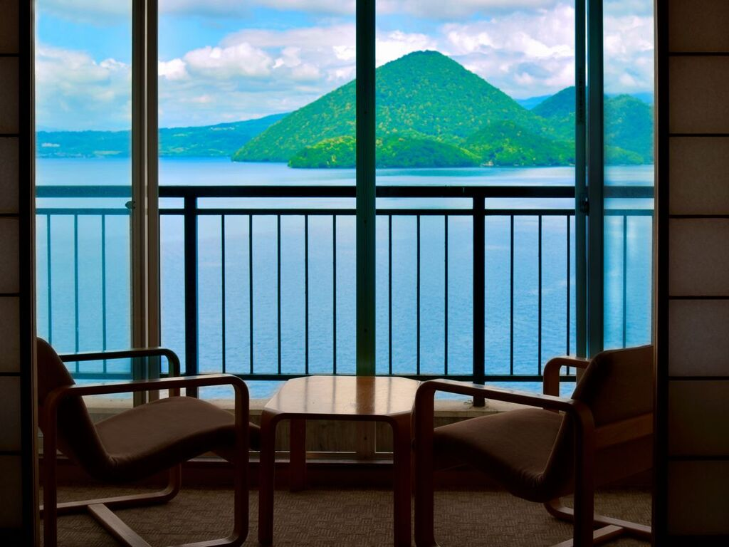 【西館湖側和室】窓の外一面に雄大な景色が広がります。
