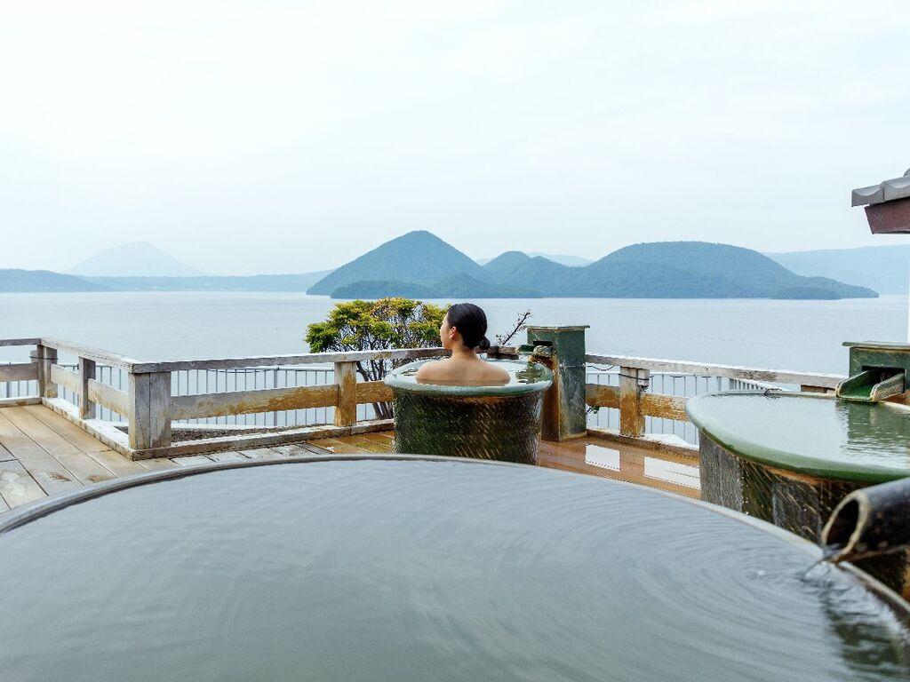 陶器風呂はお一人様利用にもぴったりです!遮るものなく絶景を眺められる贅沢な空中露天風呂をお楽しみください