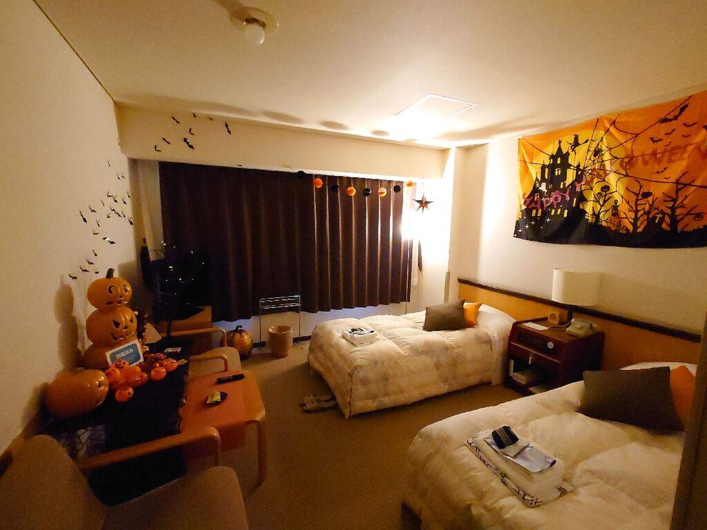 【ハロウィンルーム】お部屋にはちょっとした仮装グッズもご用意しております♪ ※写真はイメージです