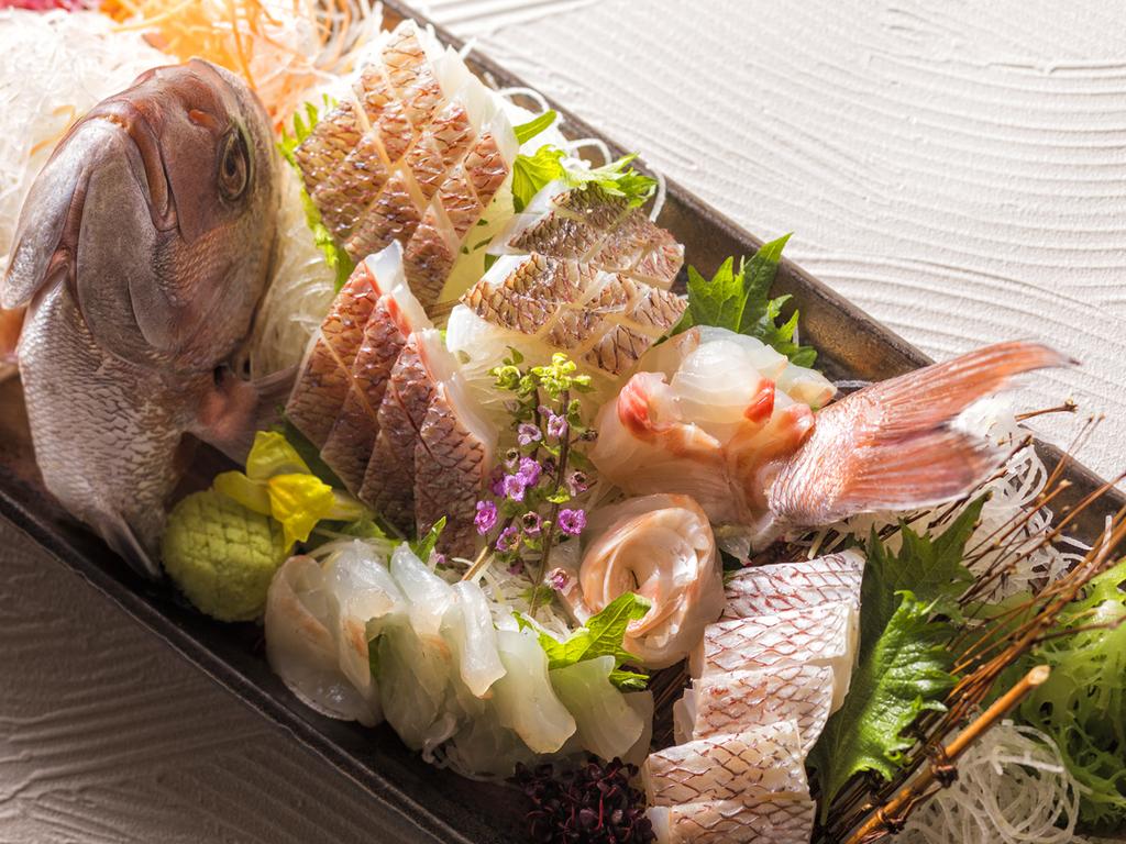 お祝いの席に華を添える、お頭付き鯛のお造り(イメージ)