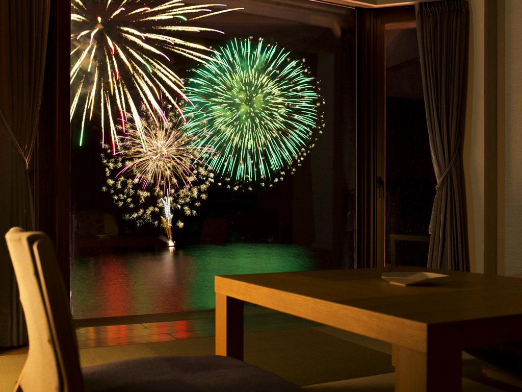 【スパ館スタンダード和洋室】花火大会開催期間中はお部屋からも美しい花火をお楽しみ頂けます。