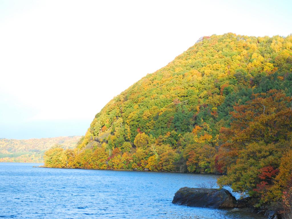 【秋】色とりどりの紅葉で飾られる山々と洞爺湖。