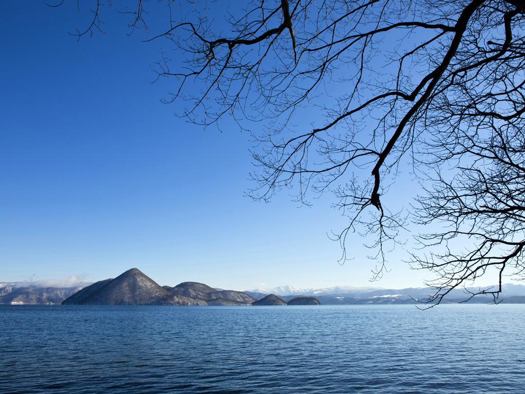 【冬】雪化粧の無人島「中島」。島に住む野生動物も厳しい冬を迎えます。