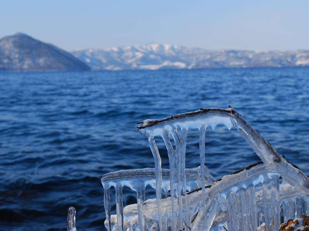 【冬の洞爺湖】冬の厳しさを物語る湖畔のしぶき氷。