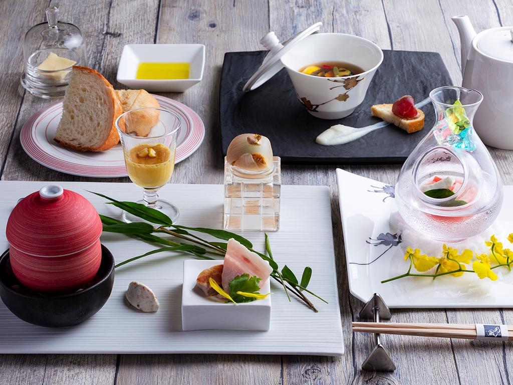 【フレンチ・秋】おもてなしのアントレは、焼きナスや焼きリンゴ、クルミ豆腐など和洋7種盛り。