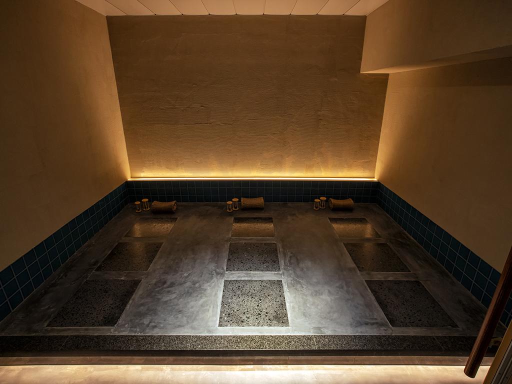 【個室岩盤風呂】3床を備えた個室は貸切でご利用いただけます。
