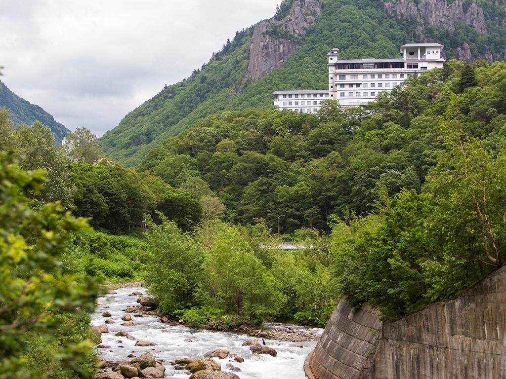 層雲峡温泉街でも小高い丘の上に位置し、豊かな木々に囲まれた朝陽亭