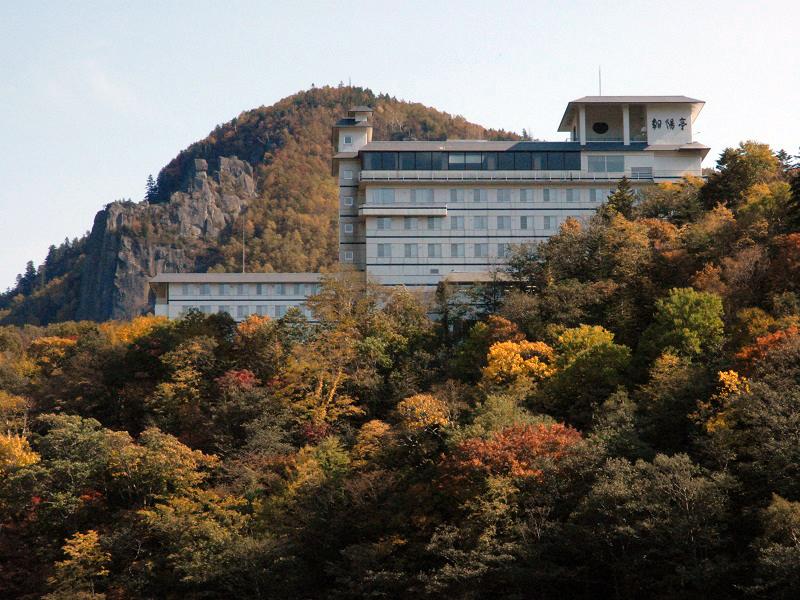 【外観(秋)】秋は広葉樹と針葉樹がおりなす見事な紅葉に包まれます