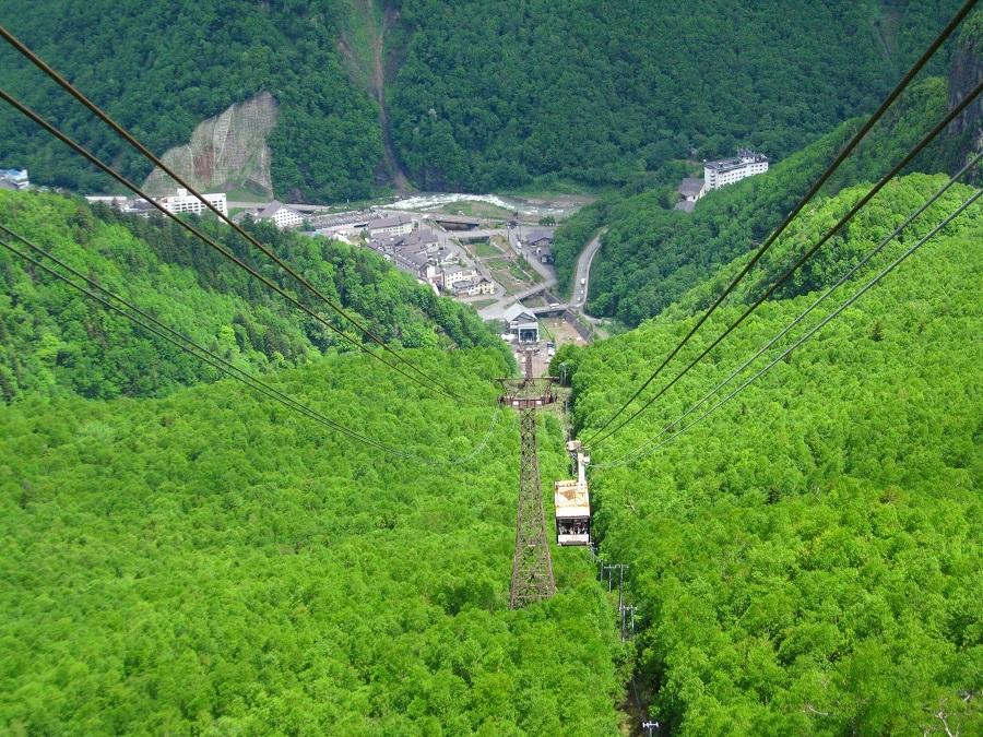 【黒岳ロープウェイ】夏期間は登山客で賑わい、冬の期間はスキー場としても賑わいを見せています