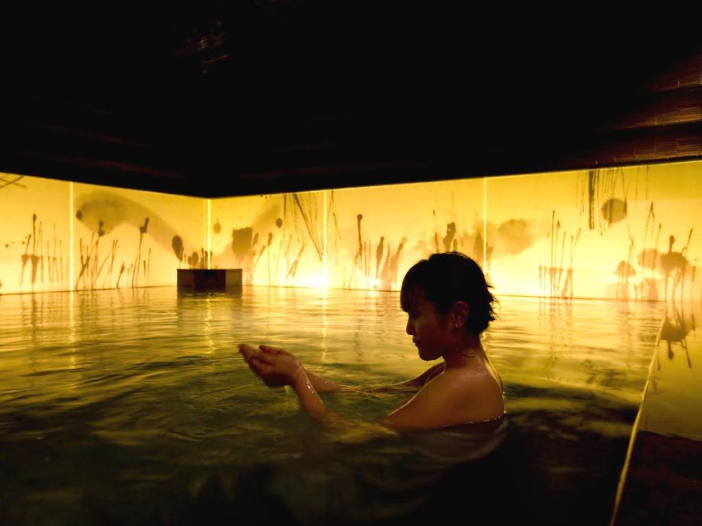 【癒しの湯 桂月】仄暗く、ちょっぴり幻想的な空間…「瞑想の湯」