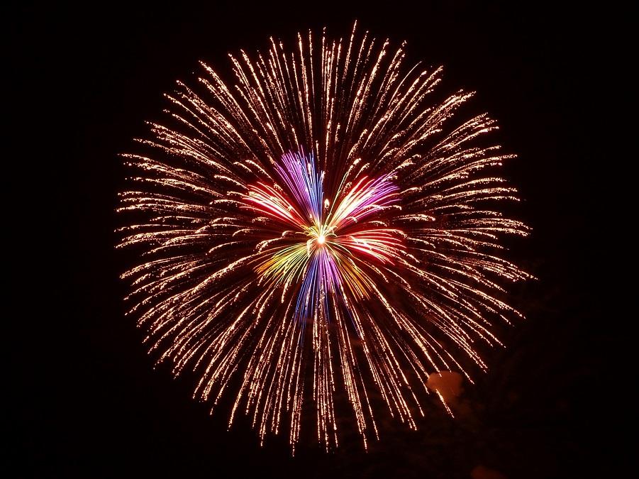 夜空を彩る打ち上げ花火(イメージ)