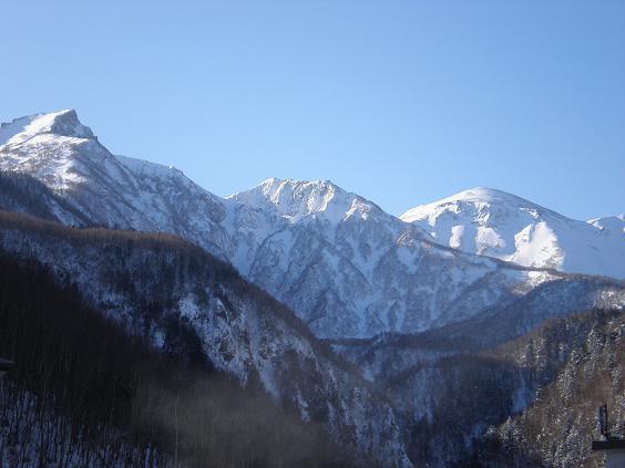 雪の黒岳〜天気の良い日には黒岳の雄姿を望めるロケーションの良い温泉宿です