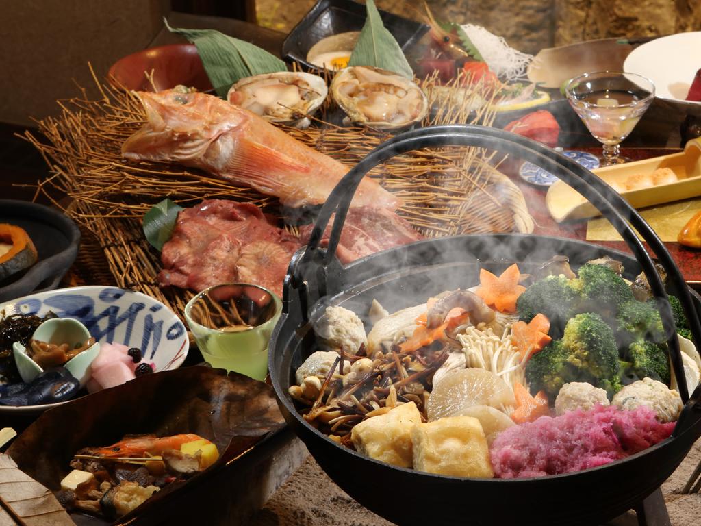 【お食事処 北番屋】囲炉裏端で味わう鍋物など、創作本懐石膳(内容は異なる場合がございます)