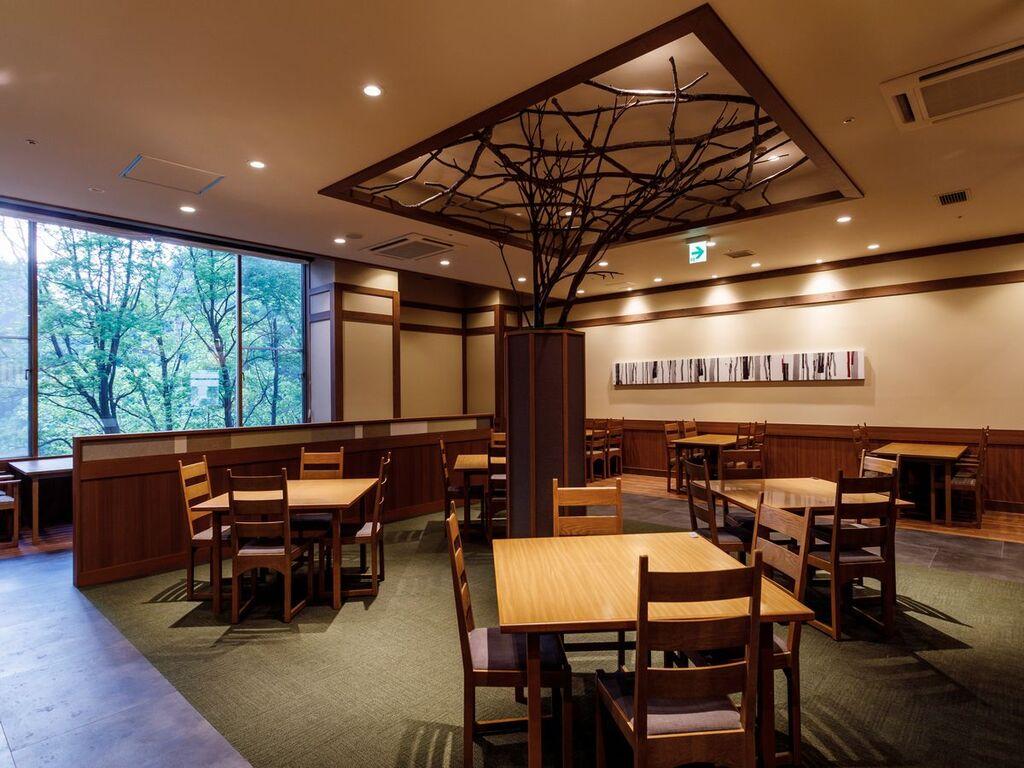 【山の料理茶屋 早紅葉】落ち着いた雰囲気で夕食を楽しめます。
