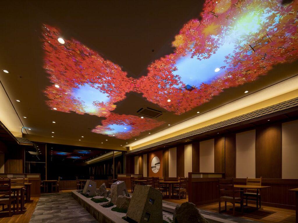 リニューアルした早紅葉会場の天井には紅葉のプロジェクションマッピングが!