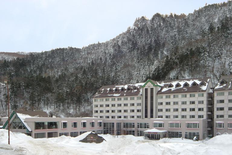 当館は国道39号線沿い、層雲峡温泉街の入口に位置しています