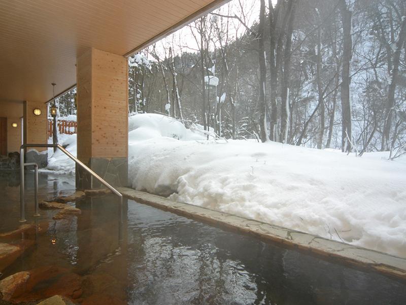【大自然の湯「川の囁き」】ピリッと寒い外気を顔に受け、雪見を楽しみながら入る露天風呂はまた格別です