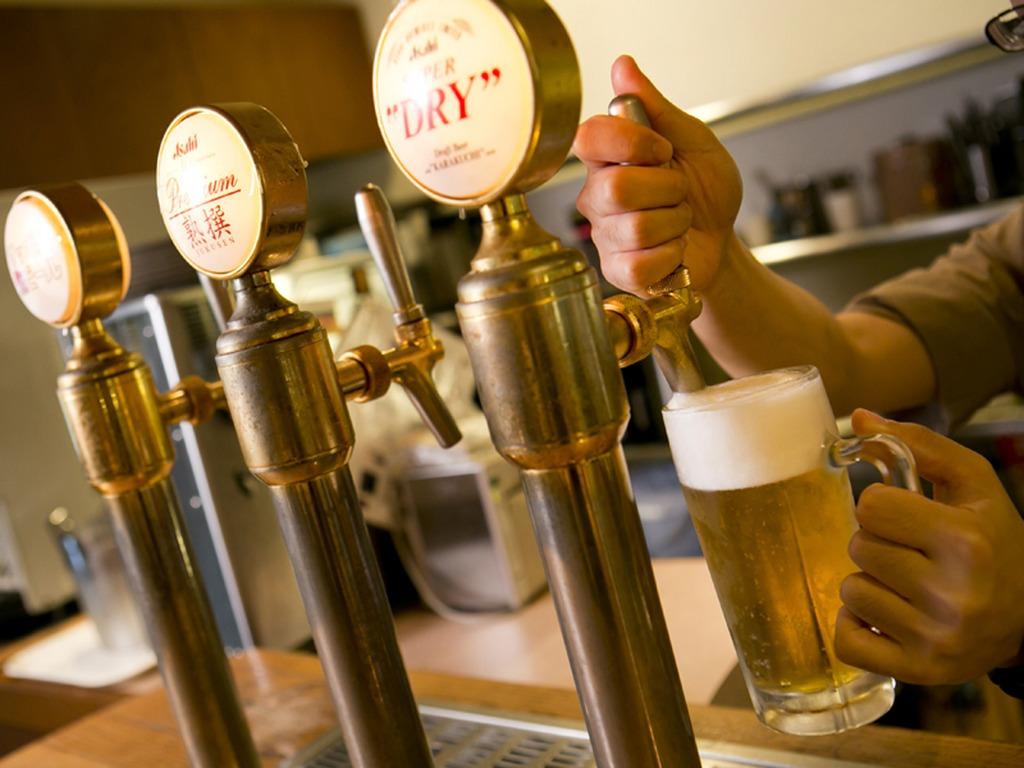 メニュー豊富なバイキングとともに、冷たいビールもどうぞ