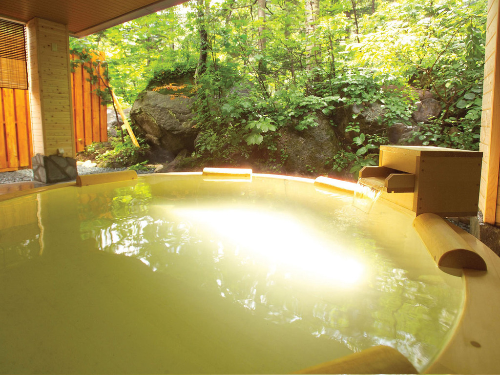 【大自然の湯「鳥の声」】目の前に森が広がる露天風呂。木の香りが心地よい