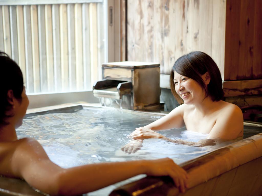 源泉掛け流しの貸切風呂でデートはいかが?