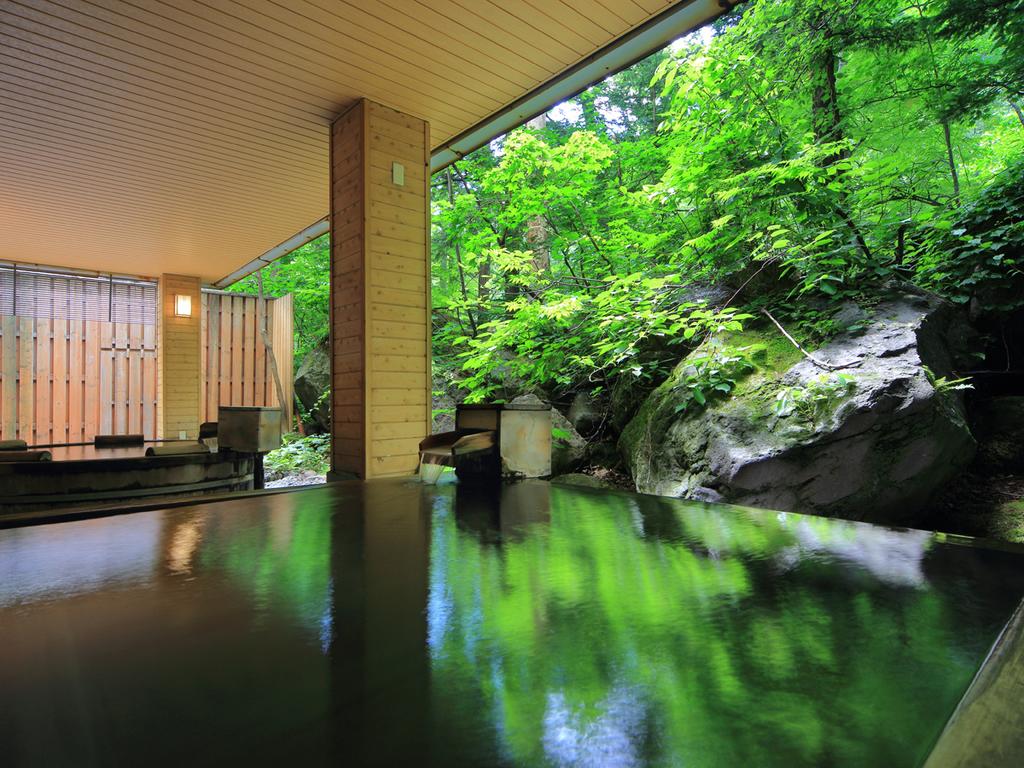 【大自然の湯「鳥の声」】緑豊かな大自然を眺めながら温泉で寛げます