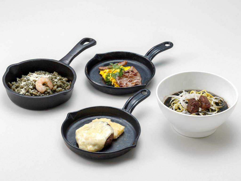 【ル・マッターホルン】<実演料理>大雪山・黒岳のブラックラーメン(夕食)、ブラック・パエリア(朝食)
