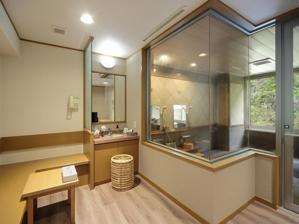 【貸切風呂】洗面台もあり、ゆとりのある脱衣スペース
