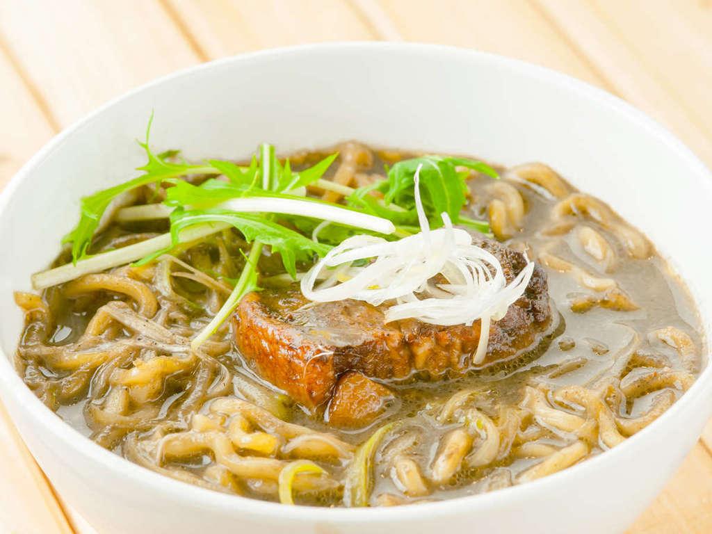 【ブラックラーメン】黒いチャーシュー×黒い味噌スープ