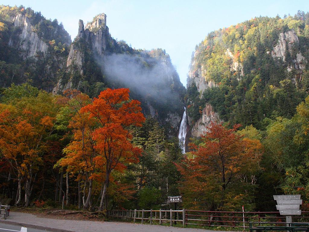 紅葉に彩られた層雲峡の観光スポット「流星の滝」