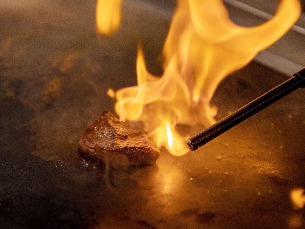 【夕食】ご注文後、出来たてのお料理をご提供!ナポレオン・フランベ・ステーキ(加工肉)