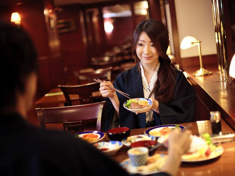 啄木亭はカップルにも人気です。バイキングで二人仲良く、お腹いっぱい食べてください!