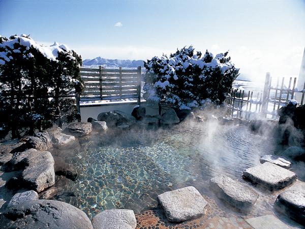 冬の海を眺め、雪見をしながら源泉かけ流しに浸かれる「空中露天風呂」。