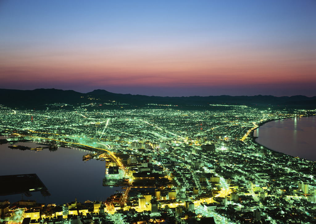 高さ334メートルの函館山山頂展望台から市街地を見下ろす美しい夜景。