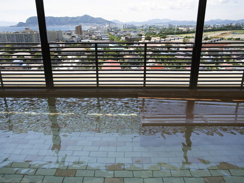 長さ30mのガラス越しに海と街、函館山を眺望する素晴らしい景色が自慢。