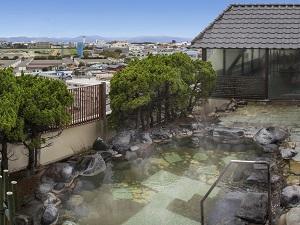 【露天風呂】街並みや遠く函館山も見える最上階の露天風呂。温泉は源泉かけ流しです。