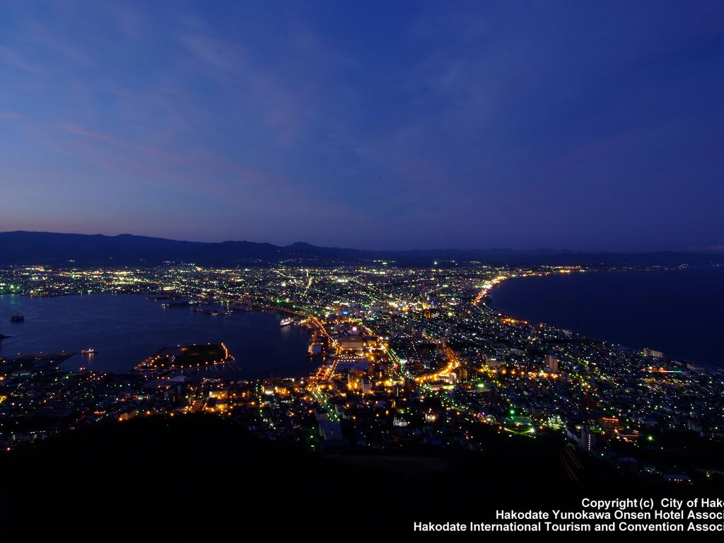 【函館山】世界三大夜景の一つ「百万ドルの夜景」とも呼ばれます。