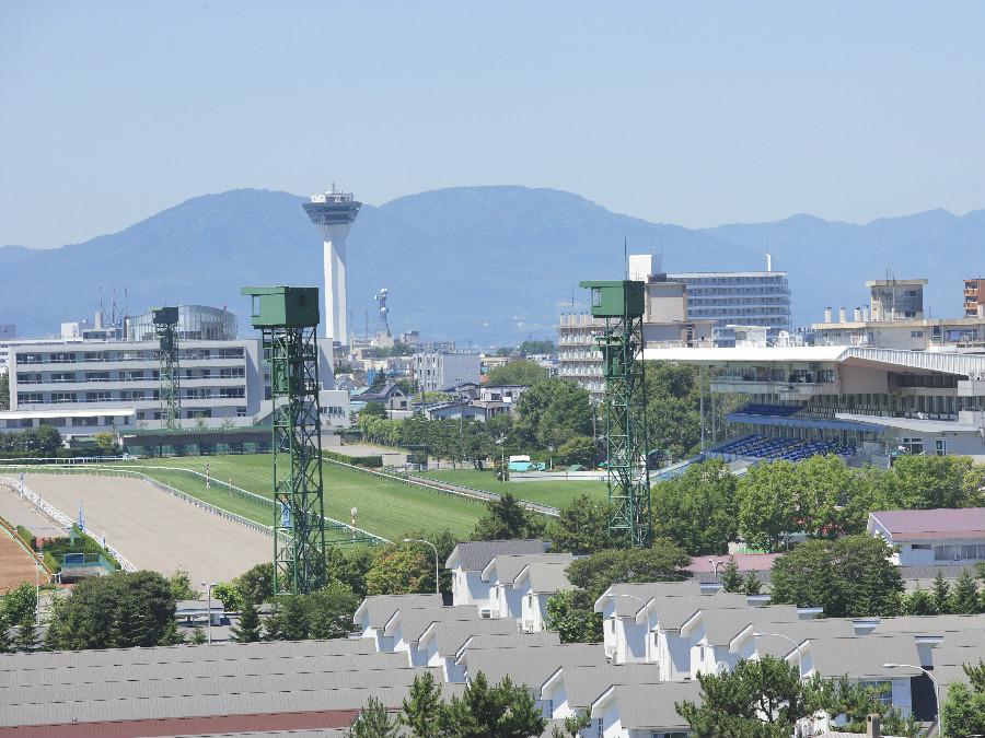 競馬場〜五稜郭タワーを望む