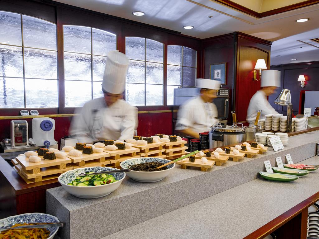 【ザ・キャビン】 実演グルメコーナーでは、ビーフステーキや函館えびしお岩海苔ラーメンをご提供
