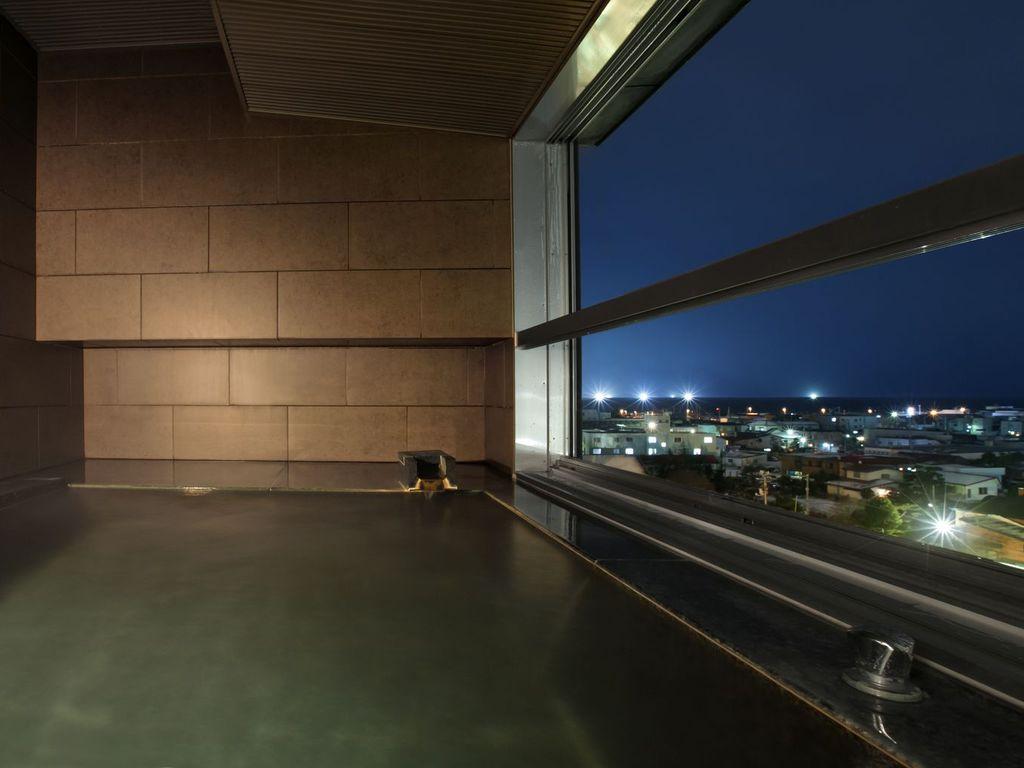【SUITE】広々としたスイートルームの展望風呂。函館の町並みを望んでの湯浴みを…。