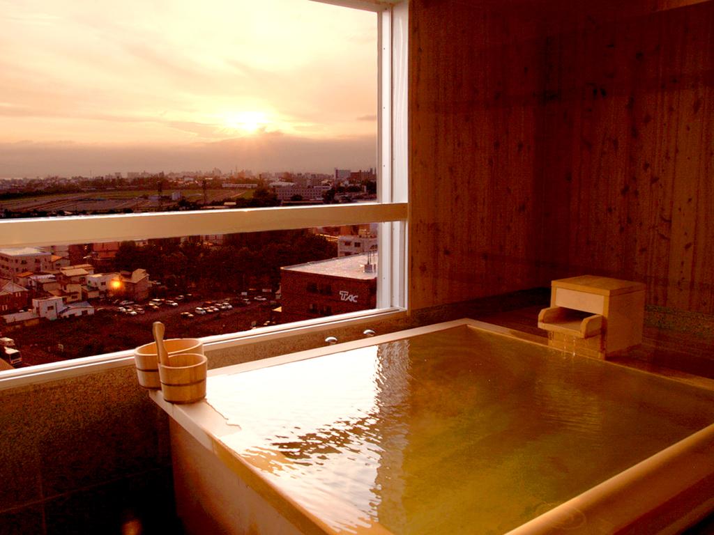 【WAMODERN】大正浪漫の雰囲気漂う檜の展望風呂。