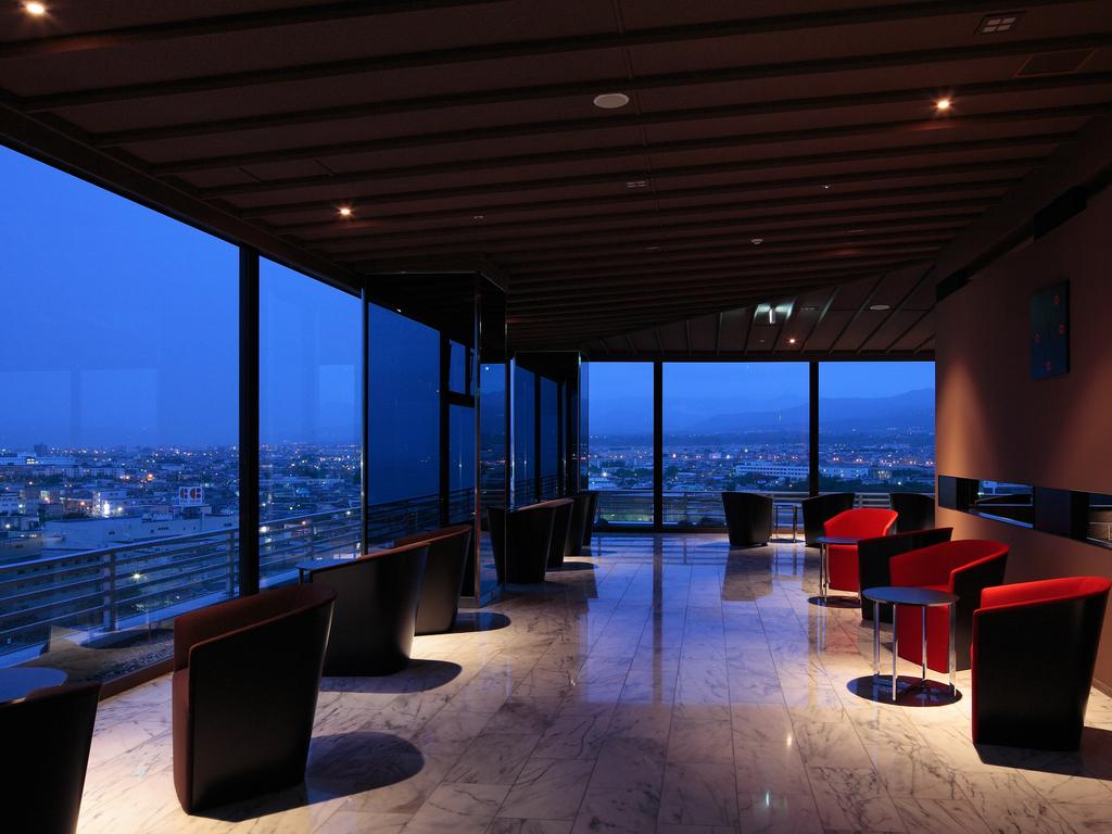 【sky salon boukyou】大浴場の入り口横にある寛ぎの空間。函館の夜景を一望。