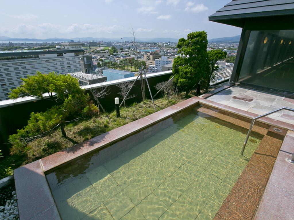 【大浴場】函館の町並みが一望できる湯の川で一番高い場所にある露天風呂。